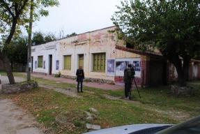 Cronista de Canal 12 Córdoba en el viejo almacén de La Granja.
